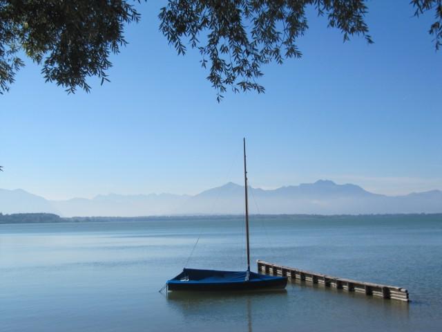 Der See glänzte in der Morgensonne wie ein glattes, blaues Juwel.