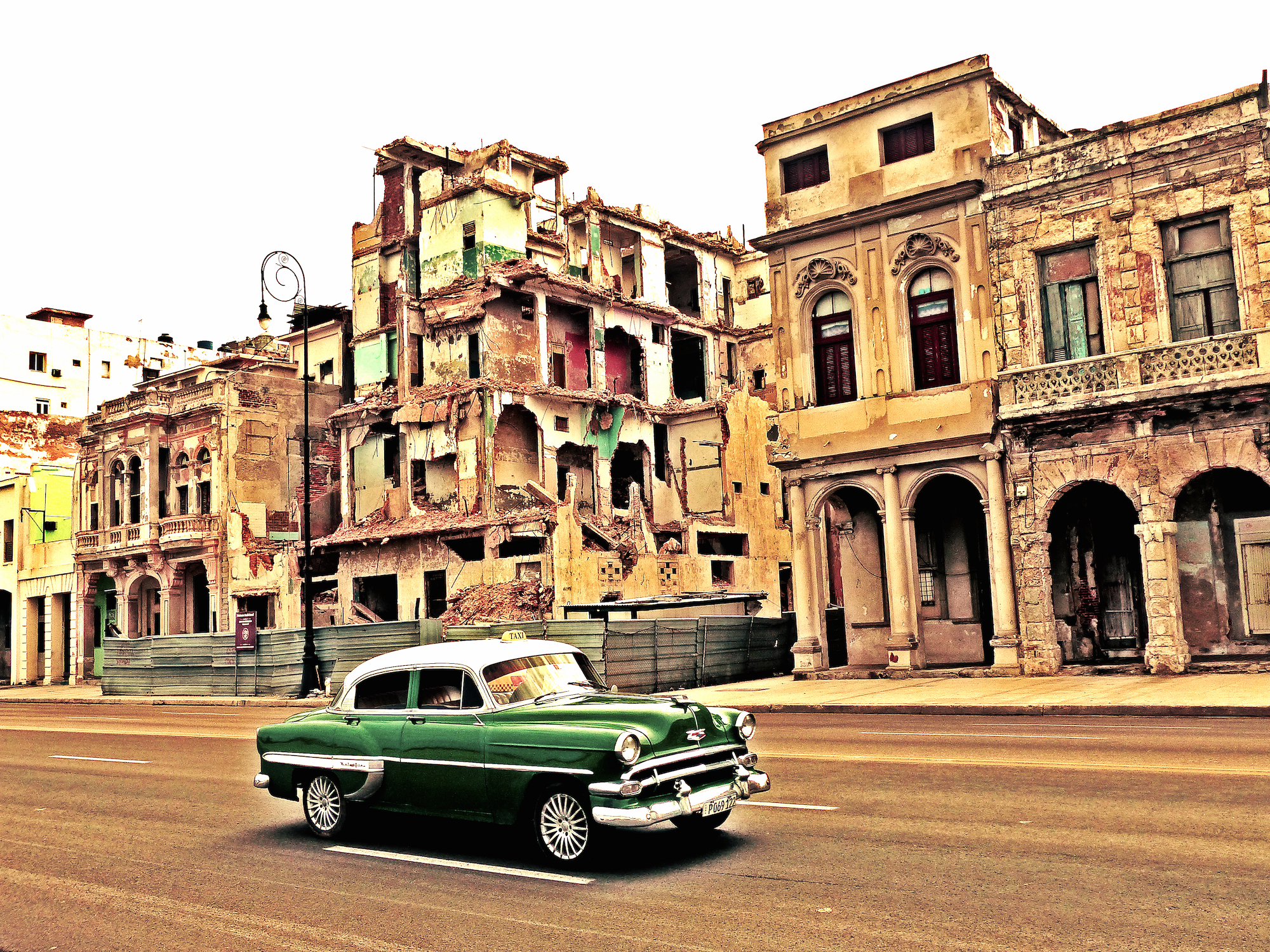 Auto und Ruine