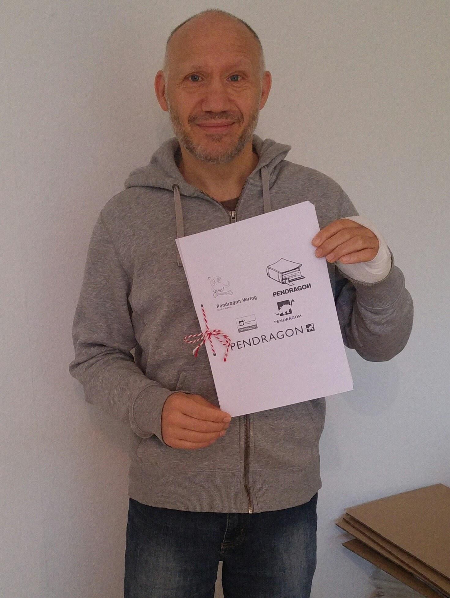 Pendragon Veleger Günther Butkus mit den Gratulationen zum 35. Verlagsgeburtstag